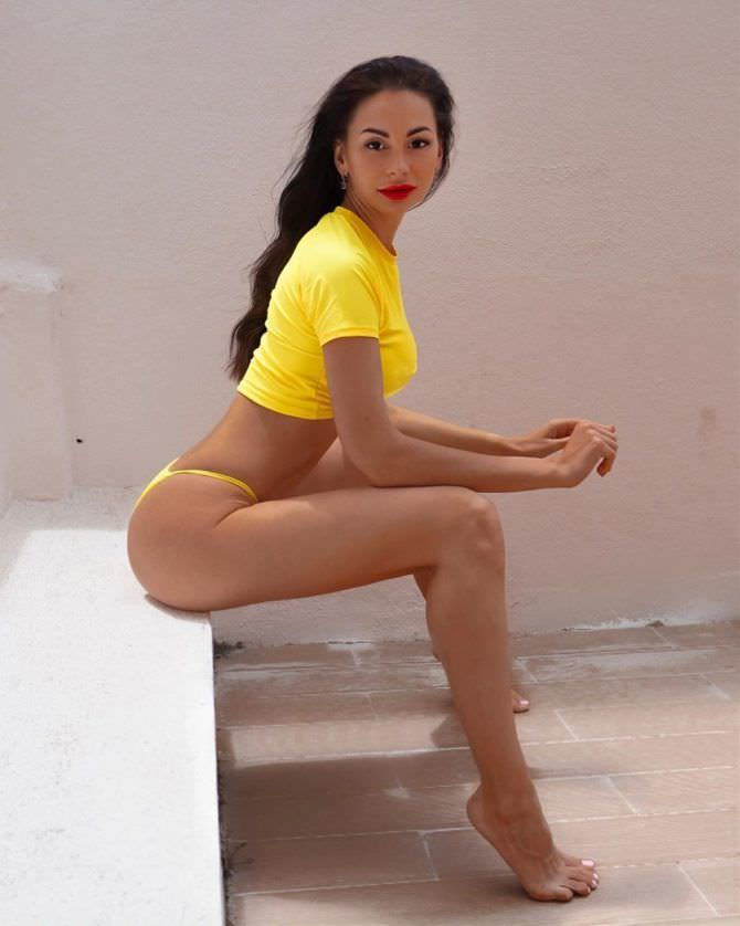 Анна Костенко фотография в жёлтой футболке