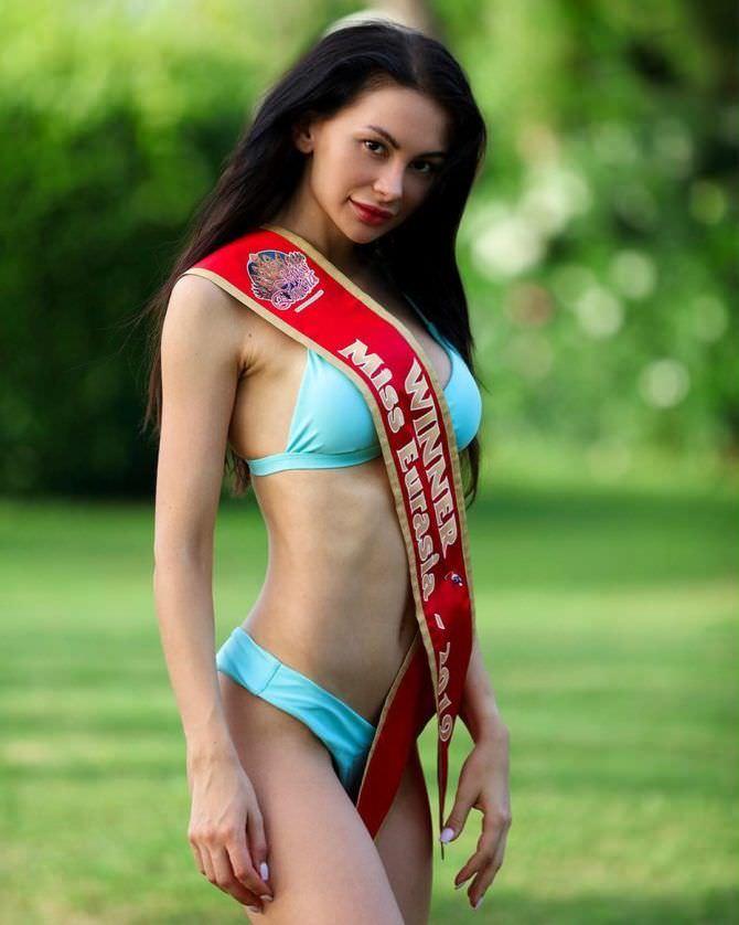 Анна Костенко фото в бикини с лентой