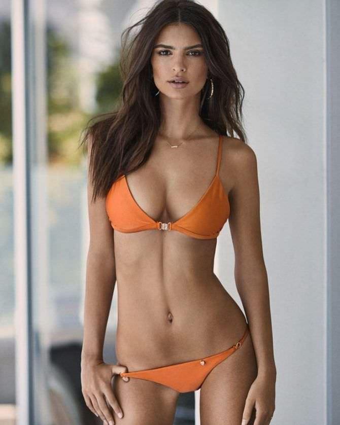 Эмили Ратаковски фото в оранжевом бикини