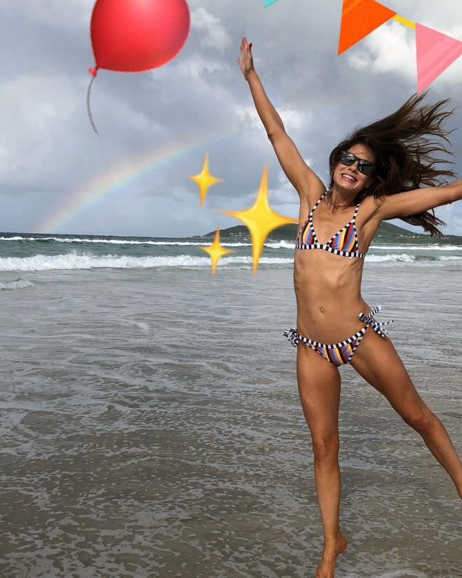 Мишель Монахэн фото в полосатом бикини