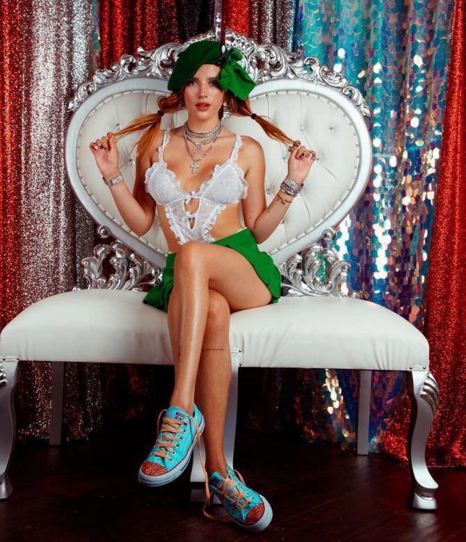 Белла Торн фотография на белом кресле