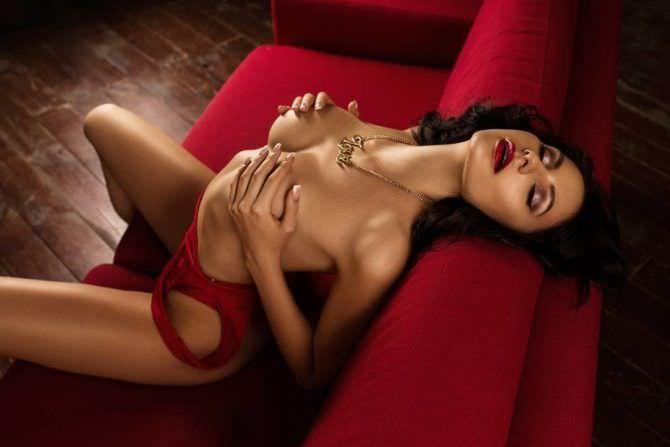 Анна Костенко фото на красном диване