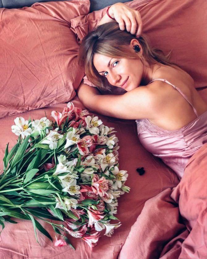 Леся Никитюк фото в постели с цветами