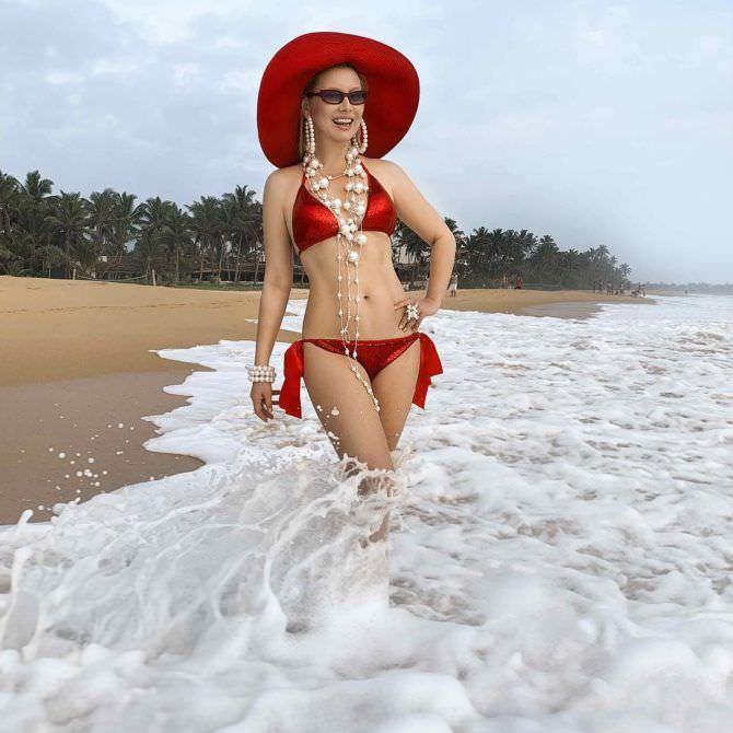 Лена Ленина фото в красном бикини
