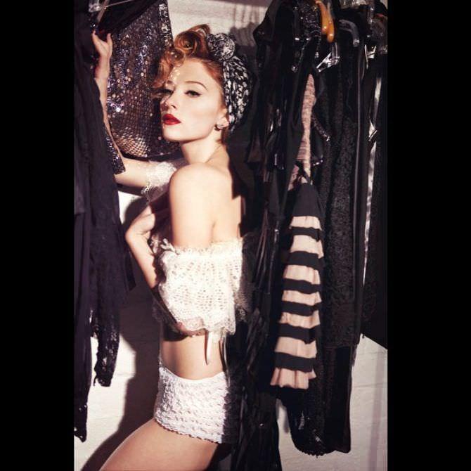 Хейли Беннетт фото в кружевных шортах