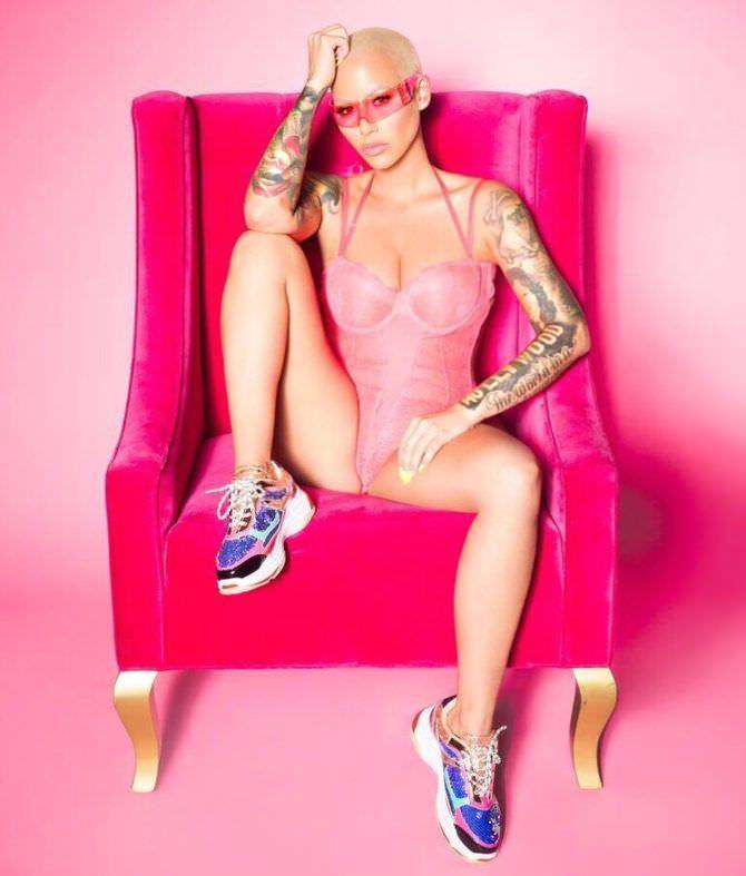 Эмбер Роуз фото на розовом кресле