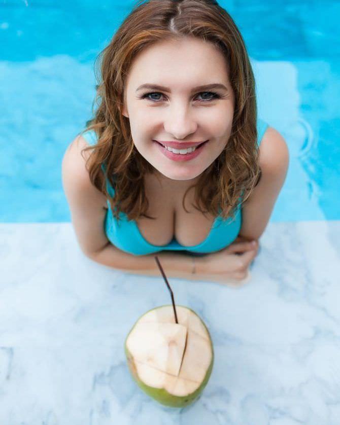Анна Цуканова-Котт фотография в бассейне с кокосом