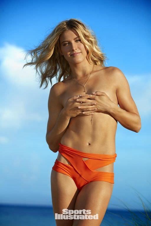 Эжени Бушар фотография в оранжевых плавках