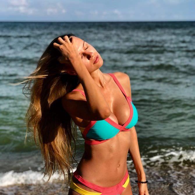 Александра Лукьянова фото на пляже в купальнике