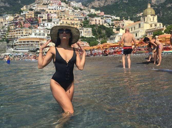 Ванесса Хадженс фото в купальнике и шляпе