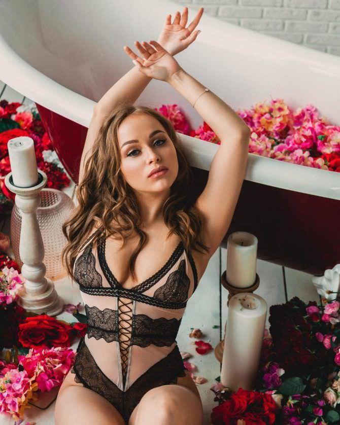 Александра Лукьянова фото в белье с цветами