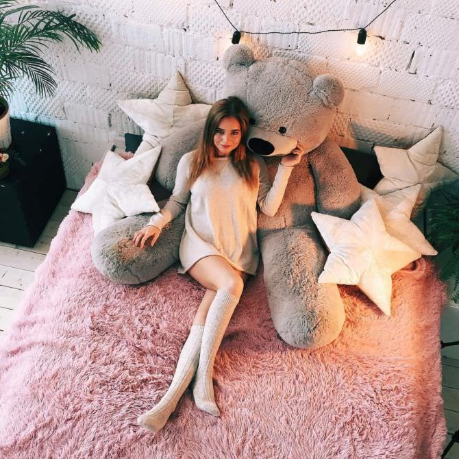 Полина Гренц фото в гольфах на кровати