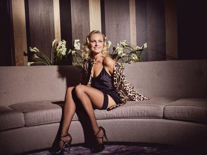 Малин Акерман фото в чулках на диване