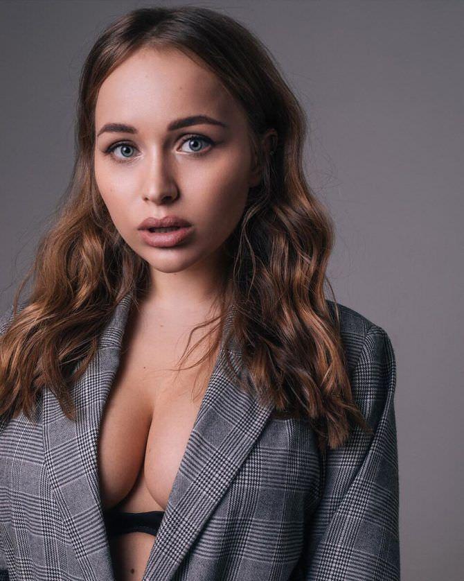 Александра Лукьянова фотосессия в сером пиджаке