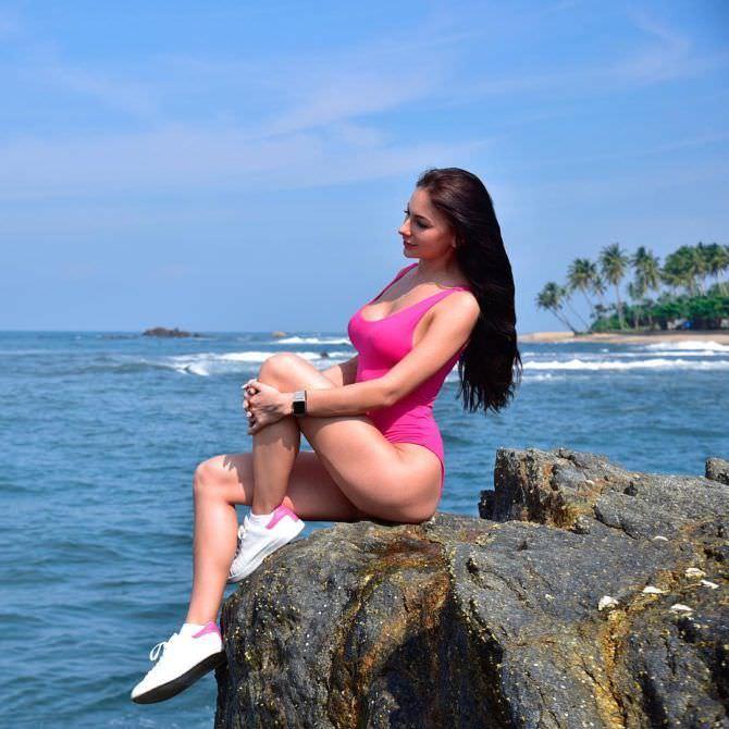 Анна Костенко фото в купальнике на скале