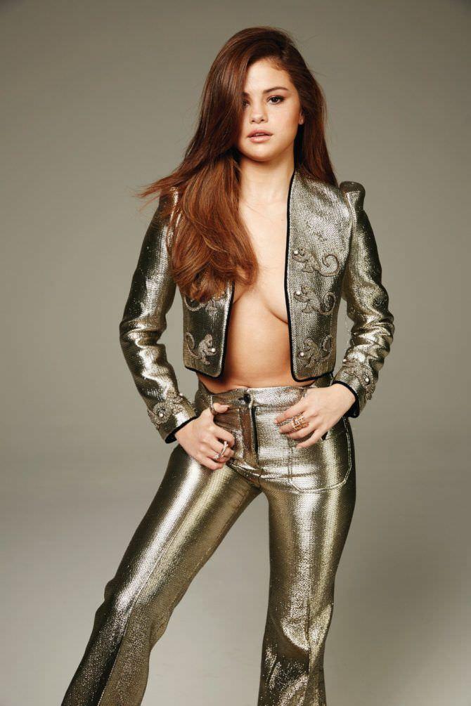 Селена Гомес фотография в золотом костюме