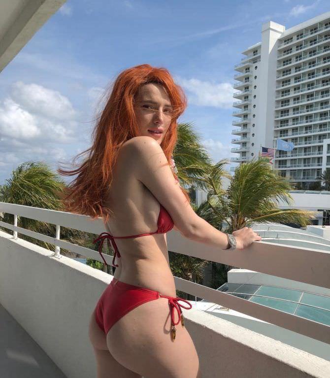 Белла Торн фотография на балконе