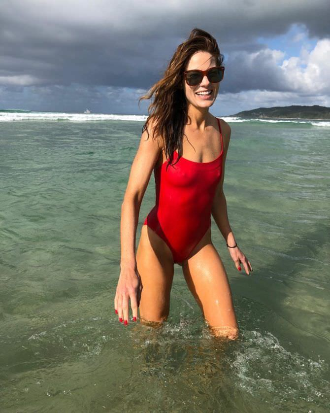 Мишель Монахэн фото в красном купальнике в инстаграм
