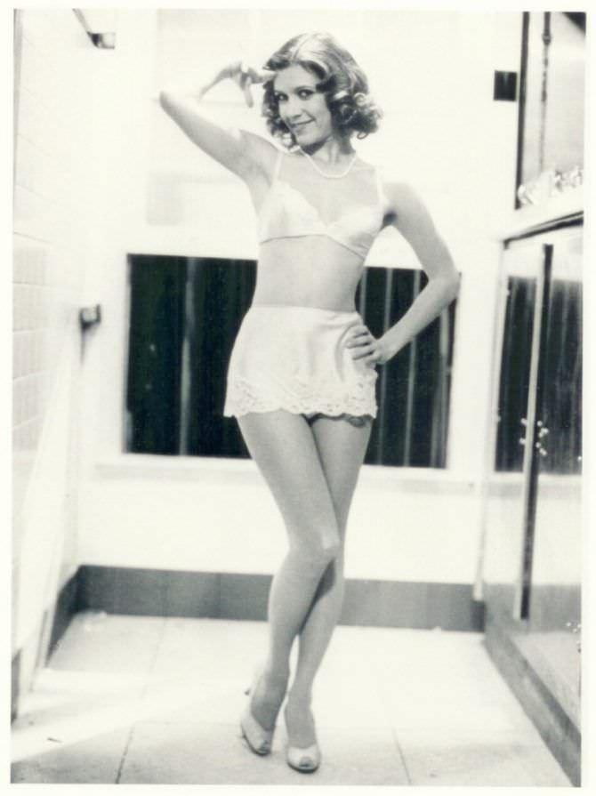 Кэрри Фишер чёрно-белое фото в белье
