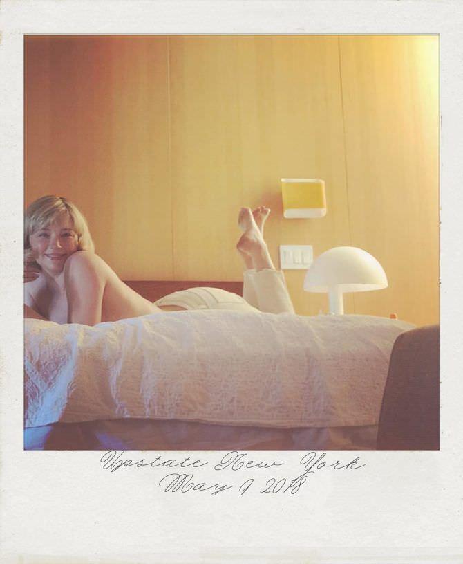 Хейли Беннетт фотография на кровати