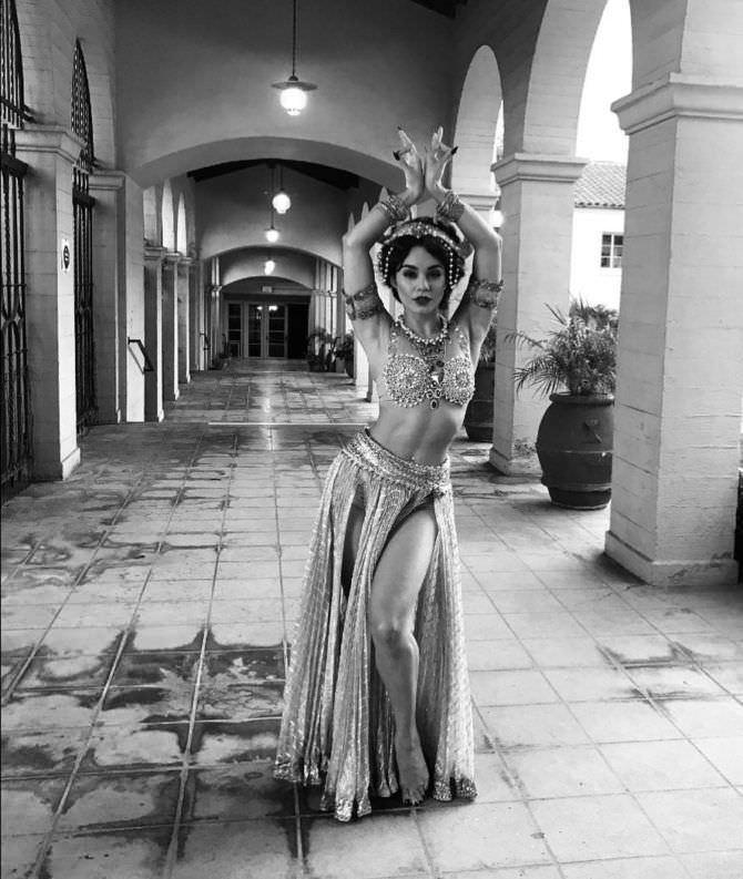 Ванесса Хадженс фотография в веосточном костюме