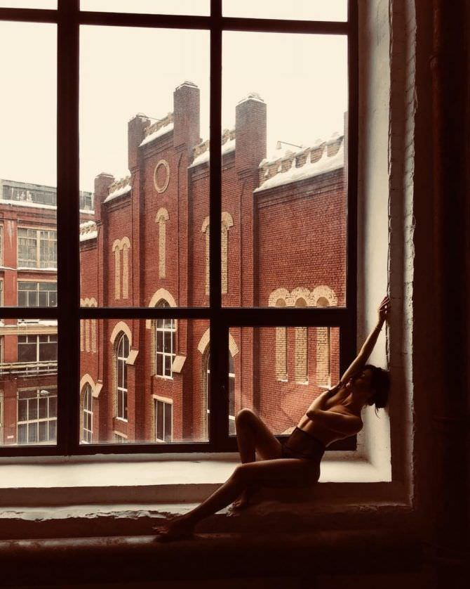 Дарья Мингазетдинова фотография топлесс на окне