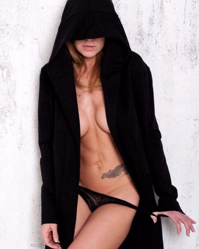 Серафима Низовская фото в кофте с капюшоном