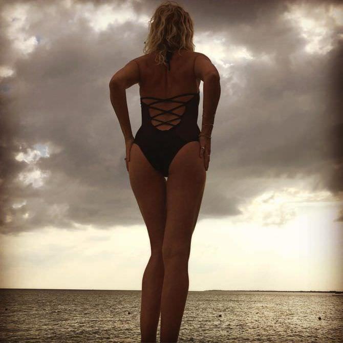 Малин Акерман фото на пляже в инстаграм