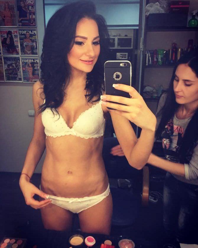Анна Костенко фотография в бассейне фото на телефон в белье