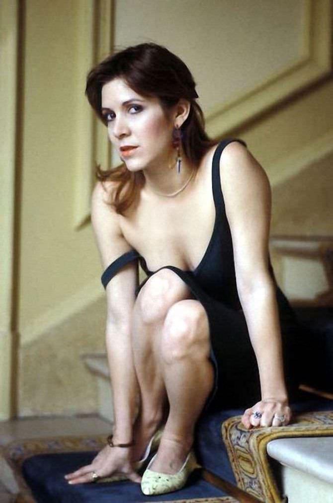 Кэрри Фишер фотография в чёрном платье