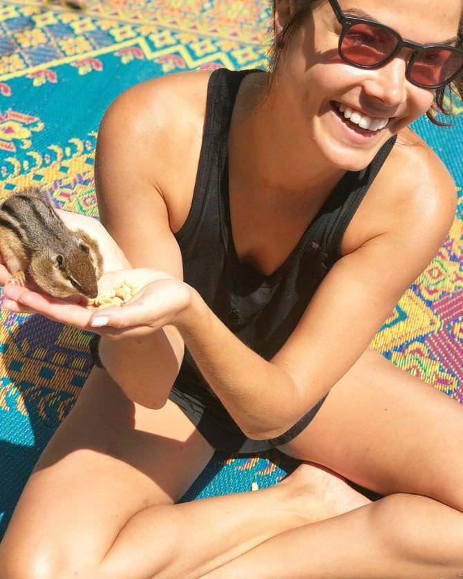 Мари Авгеропулос фото с бурундуком