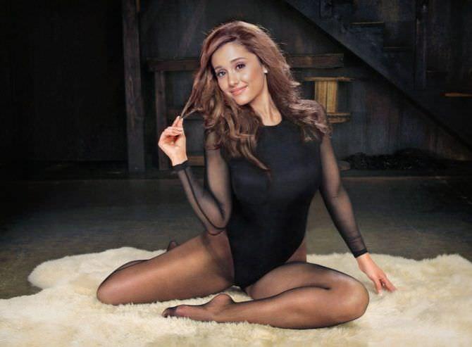Ариана Гранде фото в чёрном боди и колготках