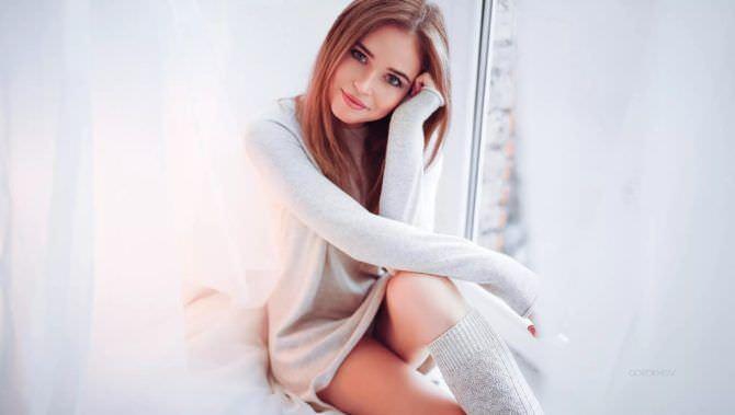 Полина Гренц фотография в свитере и гольфах