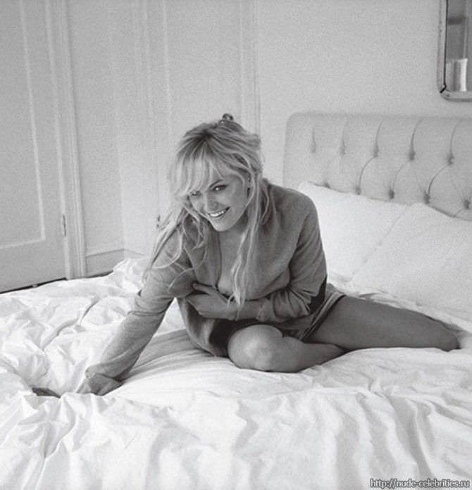 Малин Акерман фото в кофте на кровати