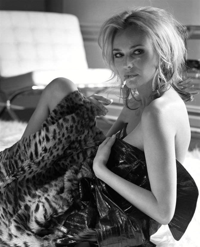 Диана Крюгер фото с пледом и сигаретой