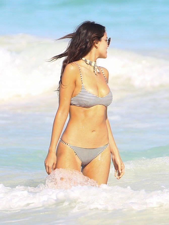 Эйса Гонсалес фото в воде в бикини