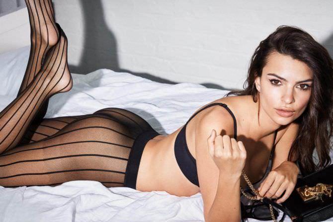 Эмили Ратаковски фотография в колготках на кровати