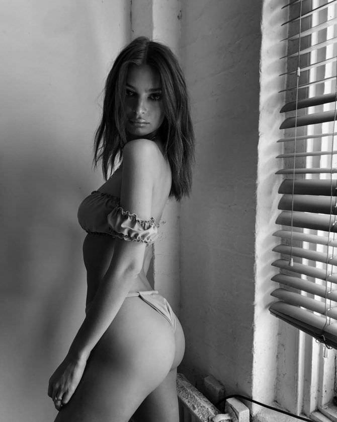 Эмили Ратаковски чёрно-белое фото в купальнике