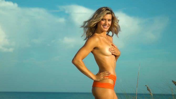 Эжени Бушар фото топлесс на фоне моря