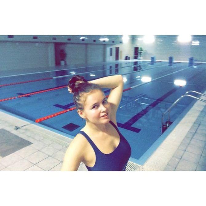 Полина Гренц фотография в купальнике в бассейне