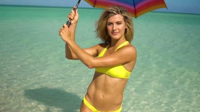 Эжени Бушар фото в бикини с зонтом