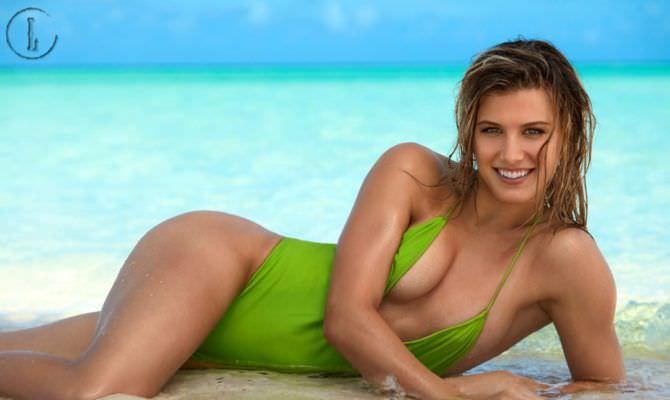 Эжени Бушар фото в зелёном купальнике