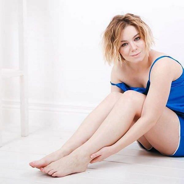 Стефания-Марьяна Гурская фотосессия в синей пижамке