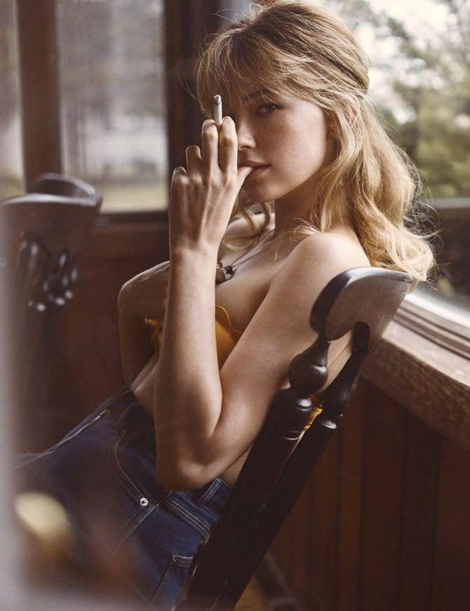 Хейли Беннетт фото с сигаретой на стуле