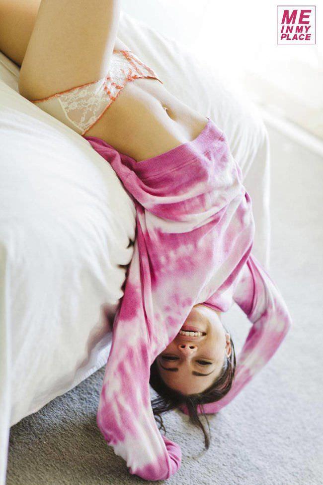 Джессика Паркер Кеннеди фото в белье на кровати