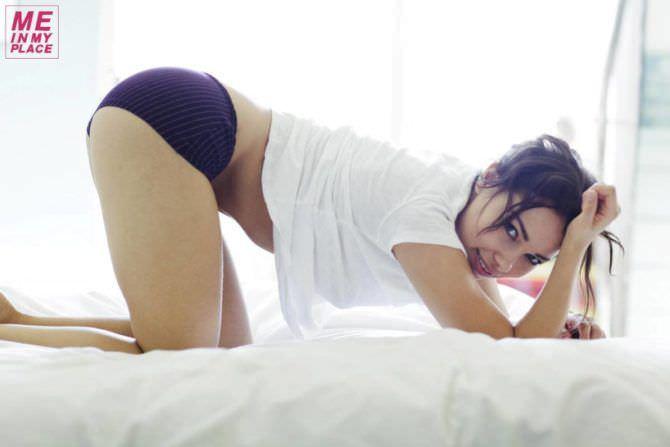 Джессика Паркер Кеннеди фото на кровати