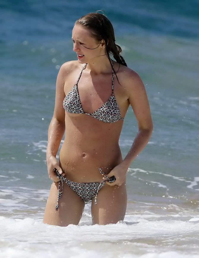 Лора Хэддок фото в бикини на пляже