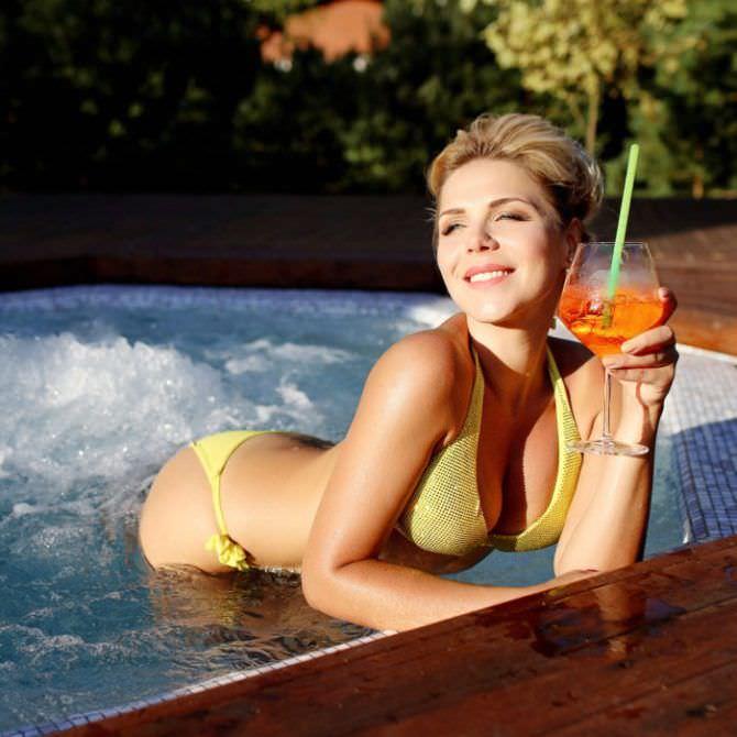 Виктория Лукина фото в купальнике в бассейне