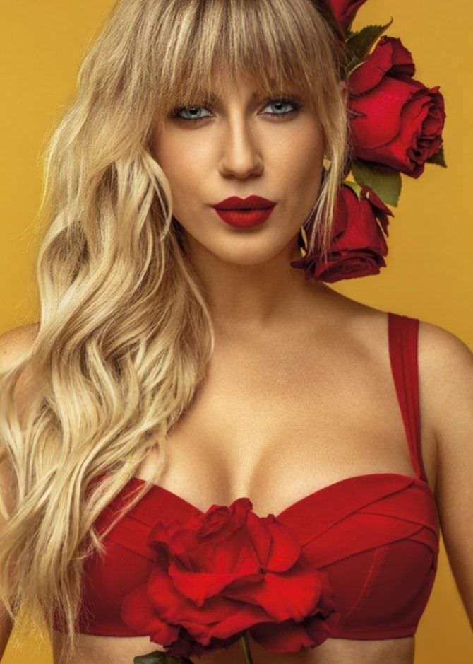 Леся Никитюк фото с цветком в волосах
