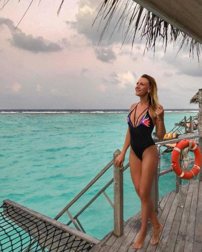 Леся Никитюк фото в чёрном купальнике